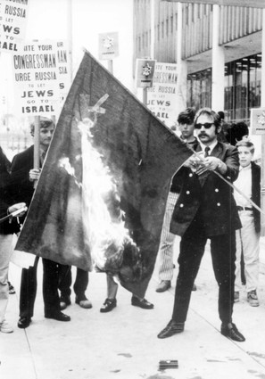 Si Frumkin burning a Soviet Flag outside the Federal Building in Los Angeles. Where have all the great Jewish activists gone?