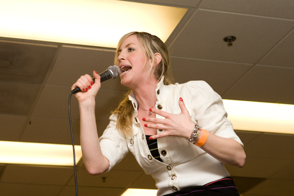 Comedian Lizzy Cooperman at Jewlicious 6.0 (photo by David Miller in The Forward)
